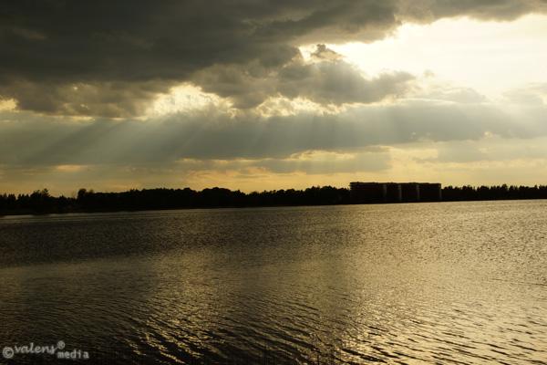 Moln och solsken över sjön Trummen.