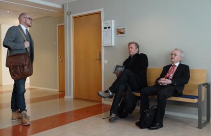 åklagaren samt den åtalade med sin advokat
